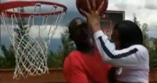 Συγκλονιστικό βίντεο με τον Ντομινίκ Ουίλκινς να βοηθάει την κόρη του που πάσχει από σπάνια ασθένεια να καρφώσει