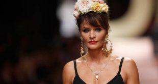 Έλενα Κρίστενσεν: Στα 51 της ποζάρει μόνο με το κορμάκι που φόρεσε τη δεκαετία του