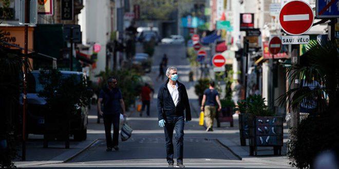 Τι είναι οι θεωρίες συνωμοσίας QAnon που έχουν «σκεπάσει» την Ευρώπη εκμεταλλευόμενες τον κορονοϊό