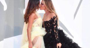 Elisa De Panicis και Mila Suarez αναστάτωσαν το Φεστιβάλ Βενετίας με το γαλλικό φιλί τους