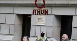 QAnon: Ποια είναι η ακραία συνωμοσιολογική οργάνωση που μπλόκαρε εντελώς το Facebook