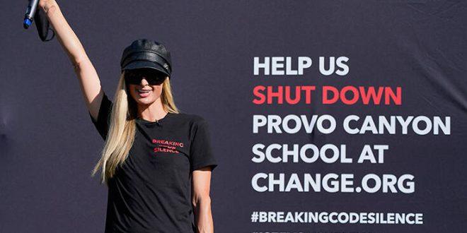 Πάρις Χίλτον: Πρωτοστάτησε σε συγκέντρωση διαμαρτυρίας έξω από το σχολείο όπου είχε υποστεί κακοποίηση