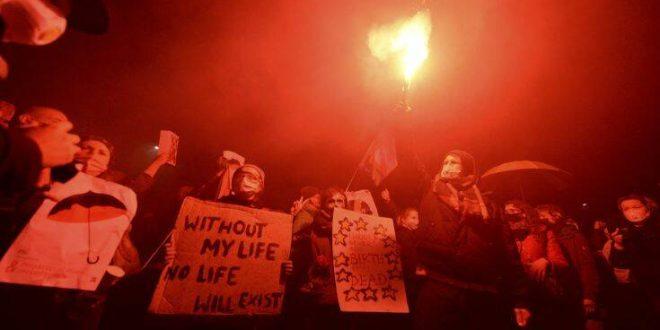 Διαδηλώσεις οργής στην Πολωνία κατά της σχεδόν πλήρους απαγόρευσης της άμβλωσης