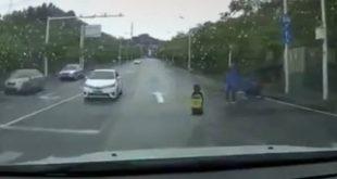 Σοκαριστικό βίντεο: Κοριτσάκι έπεσε από το μηχανάκι και ο πατέρας πήγε και την… κλότσησε με μανία