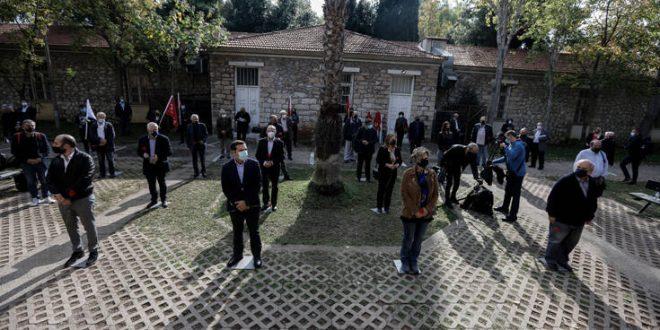Έτσι τίμησε ο ΣΥΡΙΖΑ την επέτειο του Πολυτεχνείου: Γαρύφαλλα, μάσκες και αποστάσεις
