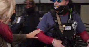 «Γιατί ντύθηκες για πόλεμο;» – Ρεπόρτερ «ανακρίνει» βαριά οπλισμένους υποστηρικτές του Τραμπ