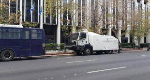 Αυξημένα τα μέτρα ασφαλείας στη Βουλή: Αύρα της ΕΛΑΣ βρίσκεται σταθμευμένη ακριβώς απέναντι