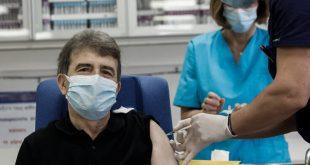 Εμβολιάστηκε στον Ευαγγελισμό ο Μιχάλης Χρυσοχοΐδης