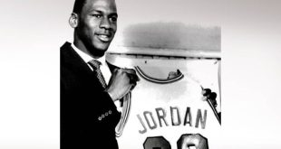 Με ποσό-ρεκόρ πωλήθηκε η φανέλα που κρατούσε ο Μάικλ Τζόρνταν στην υπογραφή του στους Μπουλς