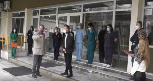 Έδεσσα: Εκπαιδευτικοί έψαλαν τα κάλαντα για τους γιατρούς και τους νοσηλευτές του νοσοκομείου