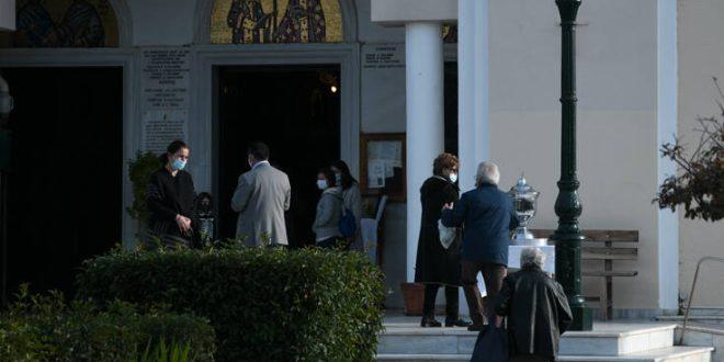 Θεοφάνεια: Ανησυχία για τις ουρές έξω από τις εκκλησίες - Οι ειδικοί φοβούνται ραγδαία αύξηση κρουσμάτων