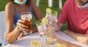 Γιατί όσοι κάνουν εμβόλιο του κορονοϊού δεν πρέπει να πίνουν αλκοόλ