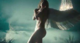 Η Τζένιφερ Λόπεζ γυμνή με φτερά αγγέλου στο νέο της βιντεοκλίπ